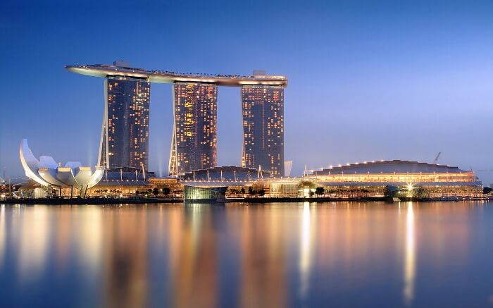 A luxurious hotel by the waters of Singapore