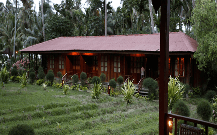 A view of lush green lawn in front of a cottage of Sea Princess in Wandoor