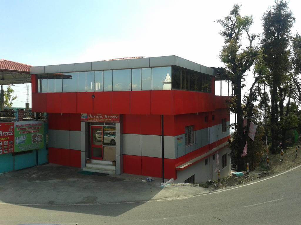 A budget hotel near road in Dhanaulti