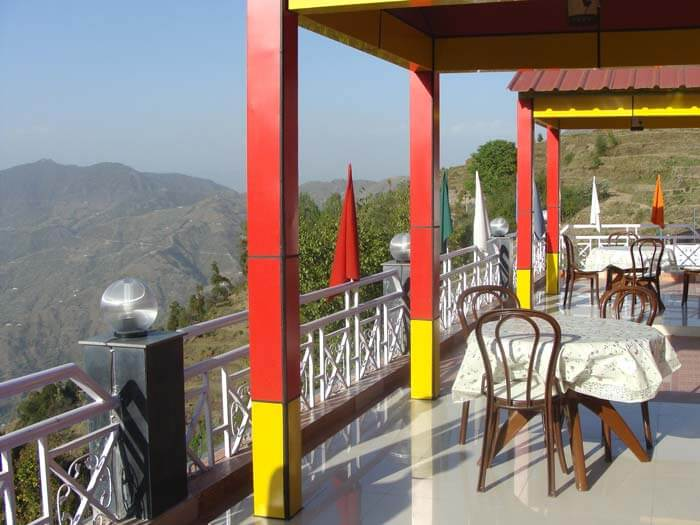 An in house rooftop restaurant in a hotel in Dhanaulti