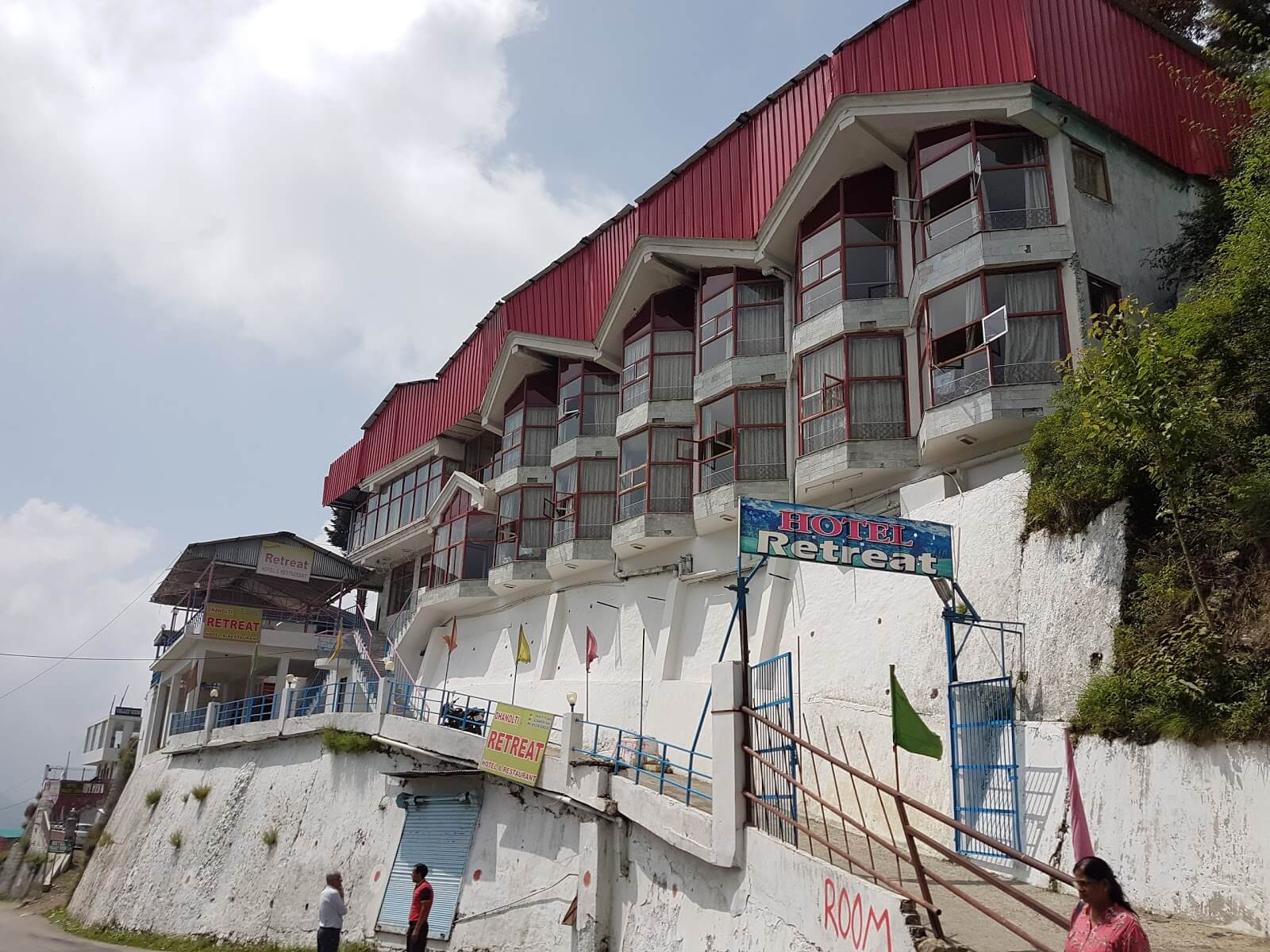 A view of an old hotel in Dhanaulti