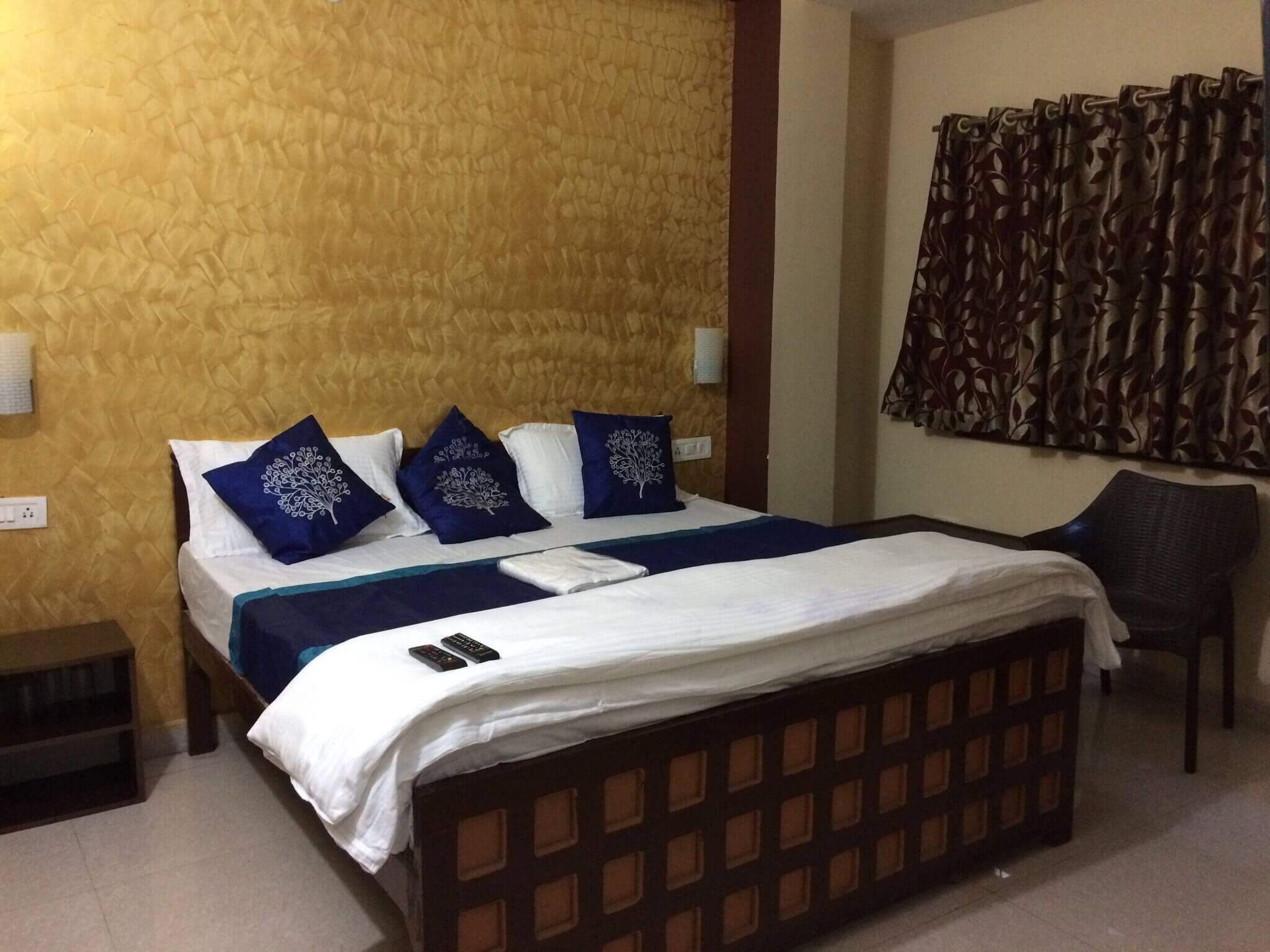 a kind size bed in a hotel room in Lansdowne