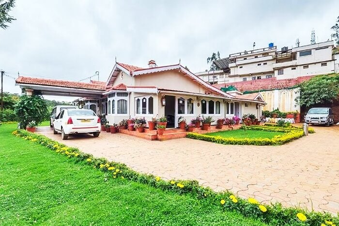 The drive-in of the Bouganvila Homestay in Ooty