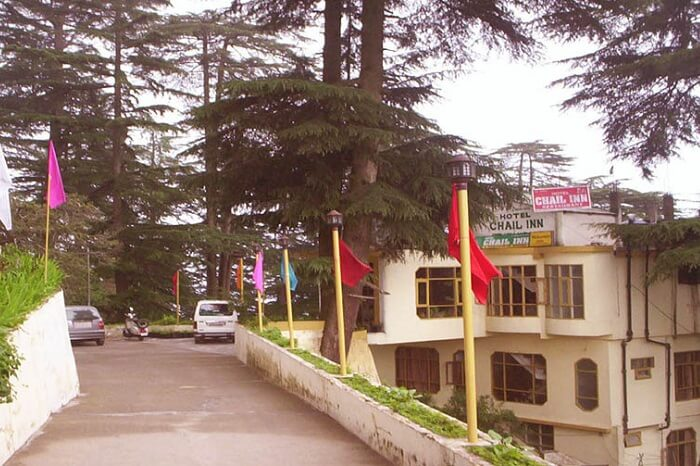 The drive-in to the Hotel Chail Inn
