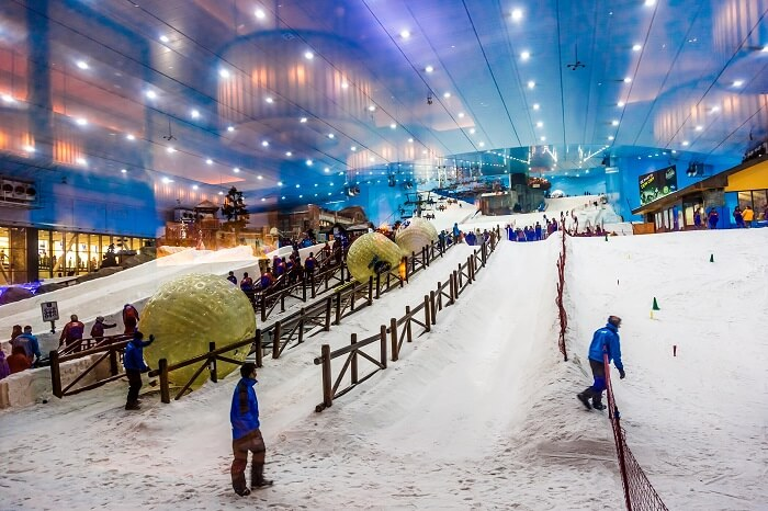 play with snow at ski dubai