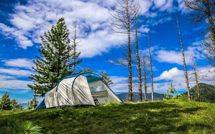 A camp made by travelers near Hatu Peak near Narkanda