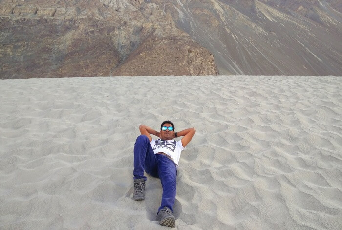 ninad lying on desert in nubra