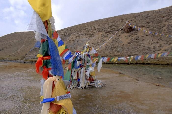 prayer flags at chandra taal lake