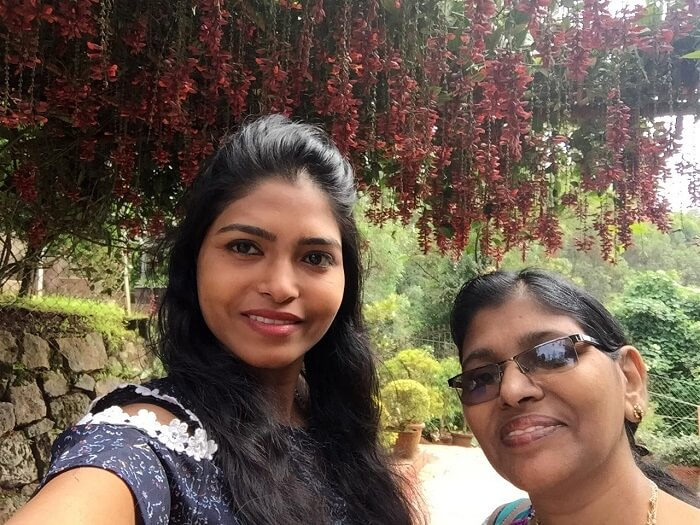 Mother and daughter in Munnar