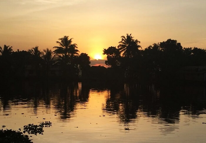 houseboat sunrise in kerala
