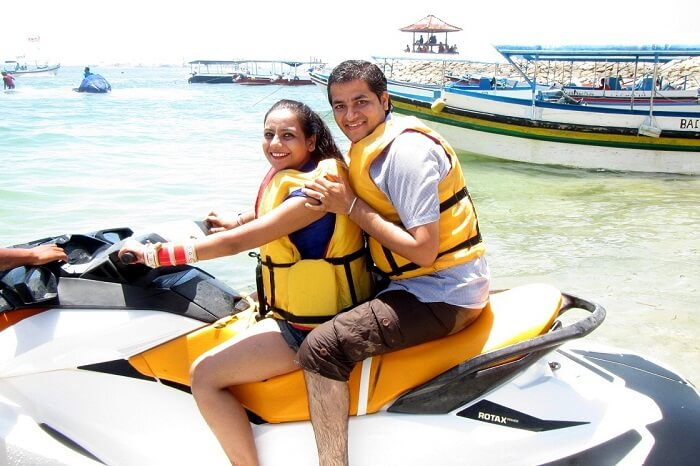 pankaj honeymoon trip to bali: pankaj and wife posing