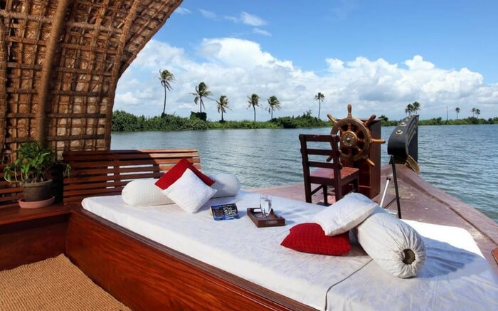 Enjoy the watery world of Alleppey at Luxury Houseboat, Kerala