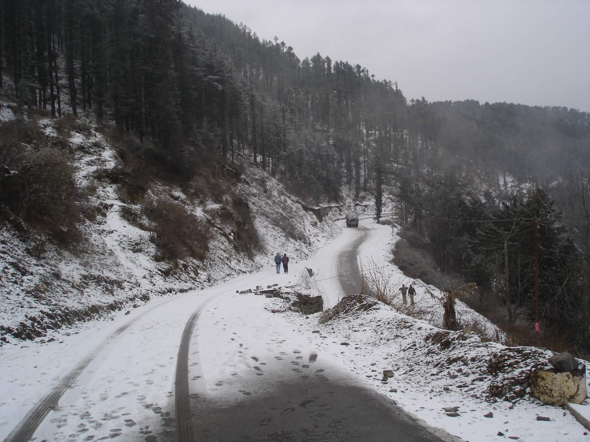 snow fall on Kufri roads