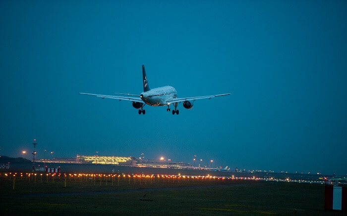 plane landing in Budapest at night