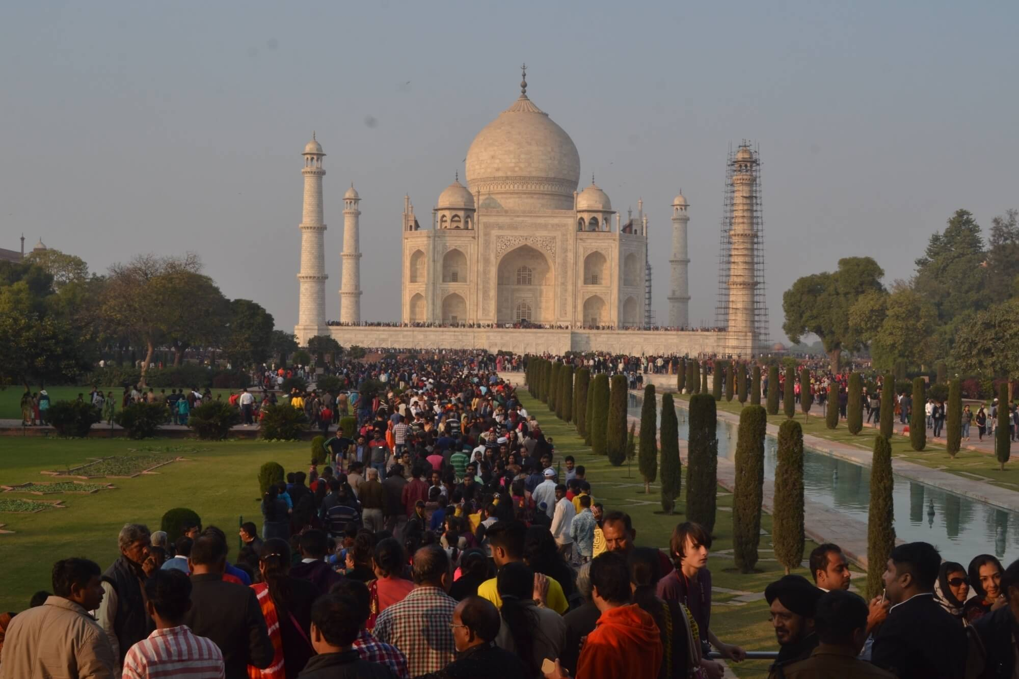 crowd in Taj Mahal