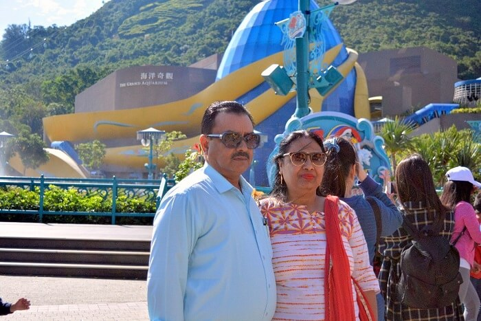 isha aggarwal hong kong family trip: family in Ocean Park