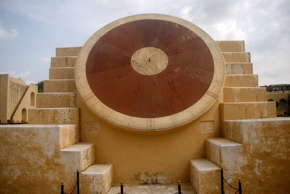a huge sun dial in the premises of jantar mantar