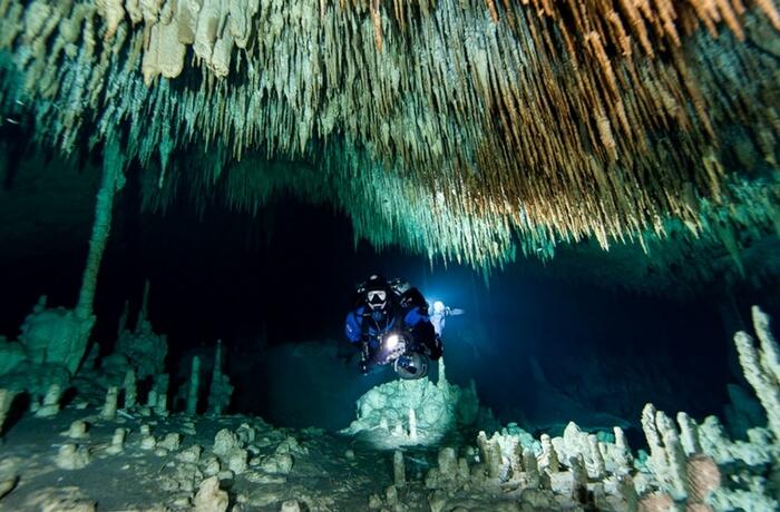 acj-1801-worlds-largest-underwater-cave (2)