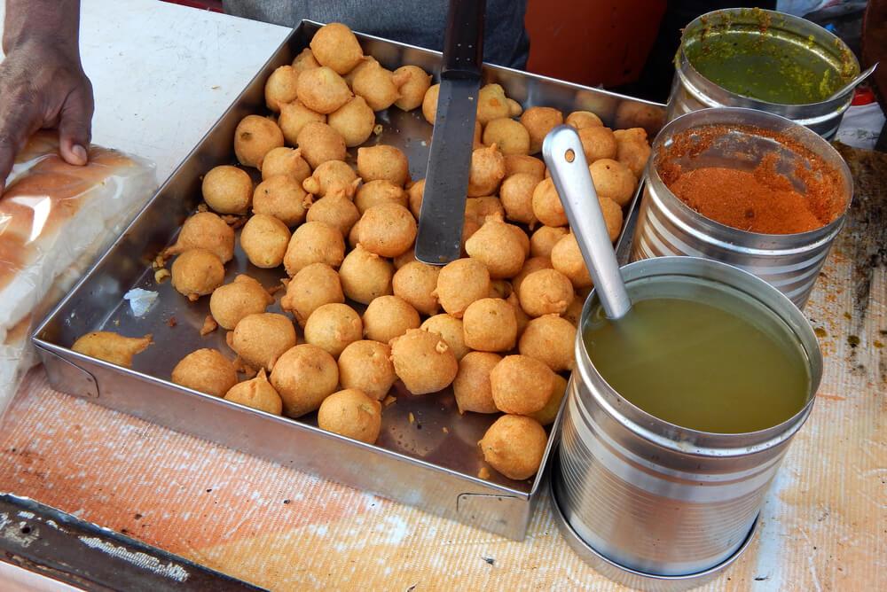 bhajji with green chutney on street