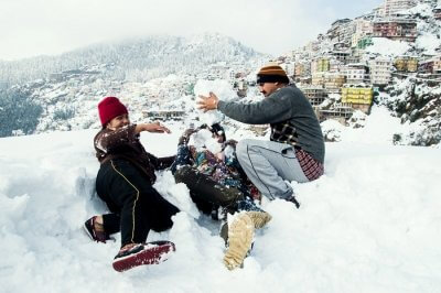family enjoying snowfall in shimla