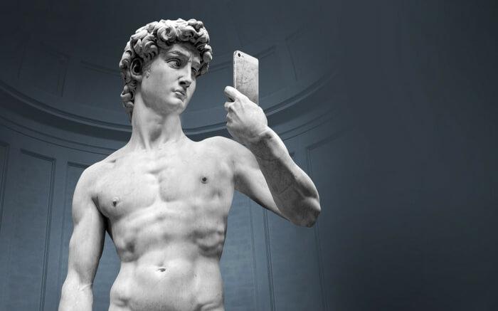 Statue of Michelangelo taking a selfie in the Selfie Museum