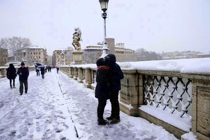 rome snowfall kissing