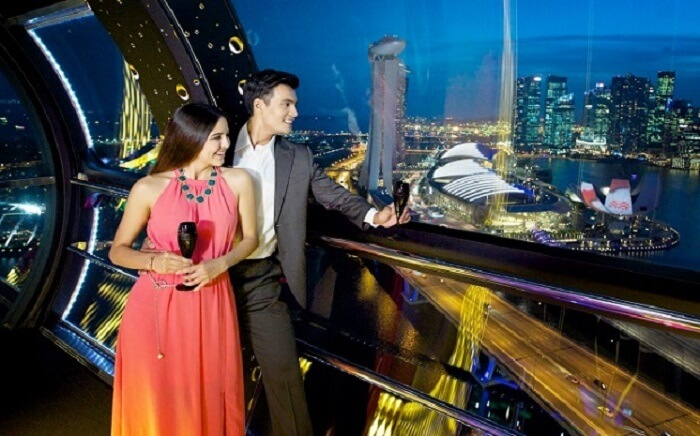 couple on singapore flyer