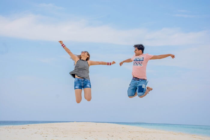 ankit wadhwa maldives honeymoon: photoshoot jumping