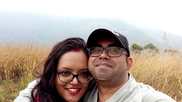 couple clicking selfies in munnar