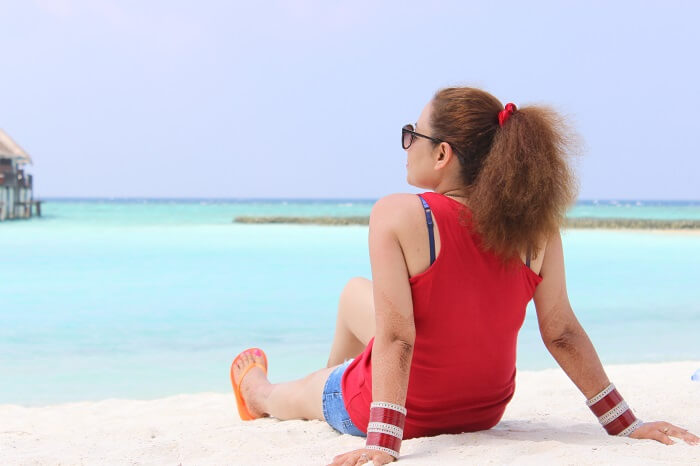 ankit wadhwa maldives honeymoon: relaxing on beach