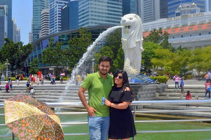 anshu singapore trip: sushant and anshu posing near merlion