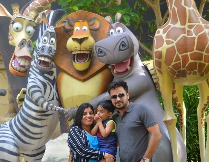 anshu singapore trip: posing with madascar movie characters