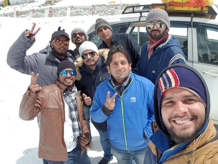 friends clicking a selfie in khardung la