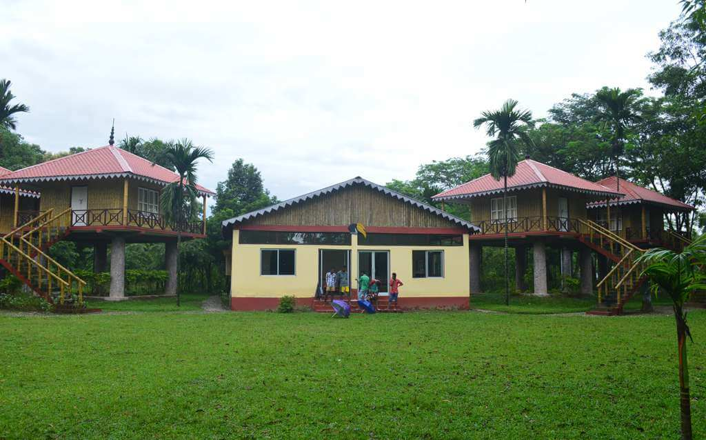 a cottage with green lawn in Gorumara National Park