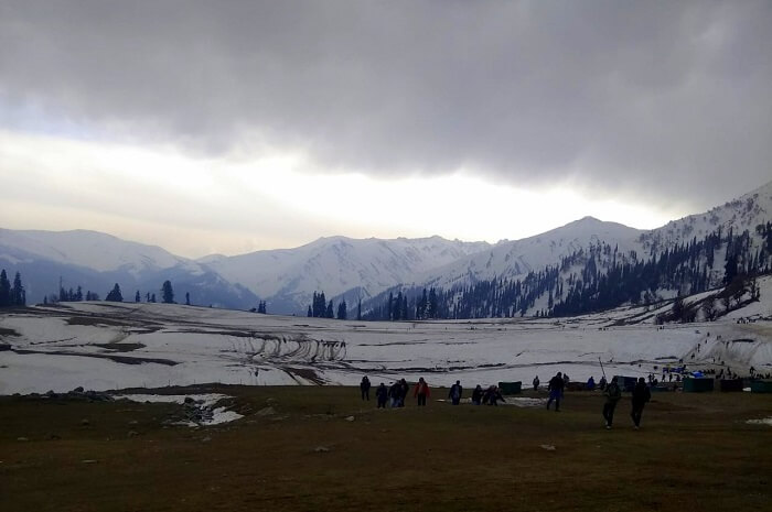 people enjoying in gulmarg