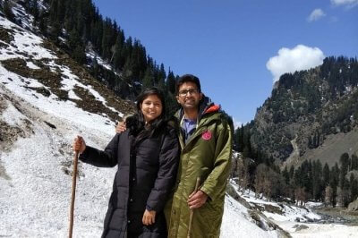 couple enjoying snow in gulmarg