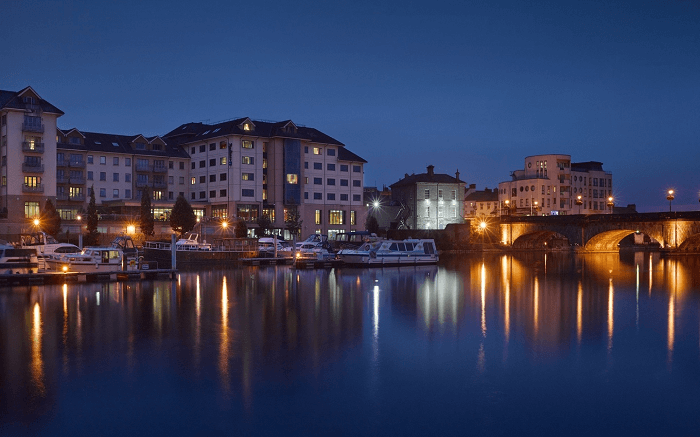 Radisson Blu Hotel Athlone at night