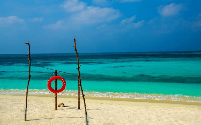 the blue sea in Kadmat Island