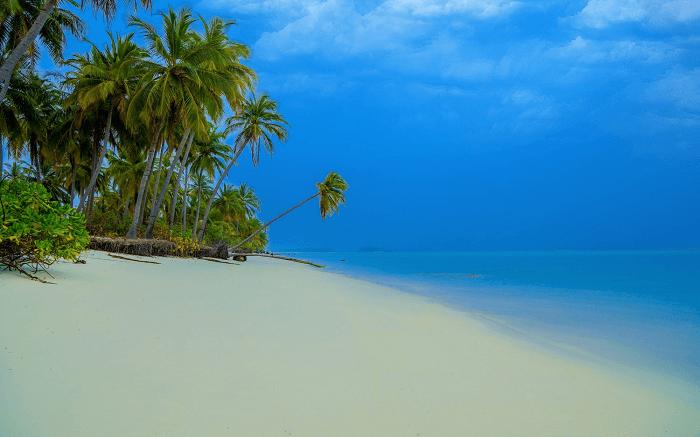 the white sand beach of Kadmat Island