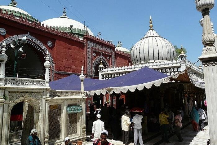 -Nizamuddin_Dargah_and_Jamaat_Khana_Masjid,_Delhi