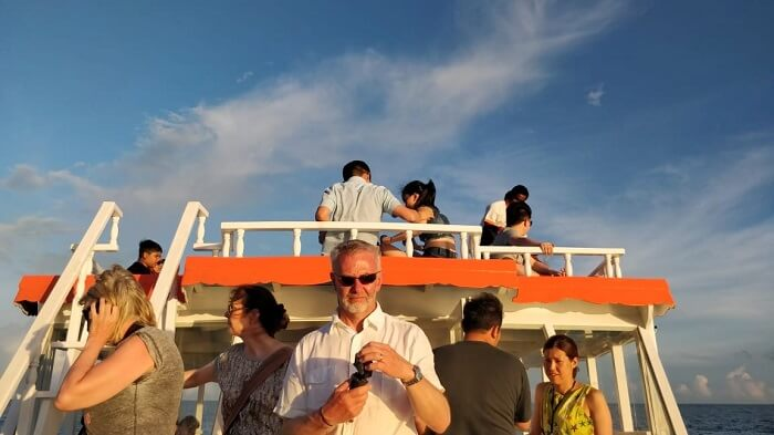 people on sunset dolphin cruise
