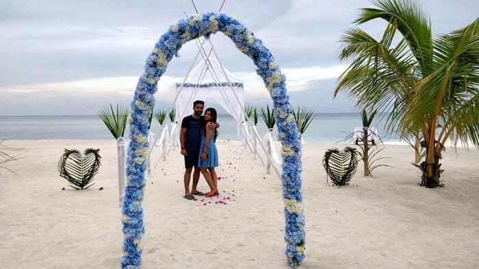 couple near olhuveli resort