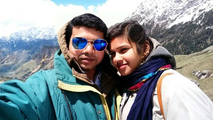 couple clicking picture in solang valley