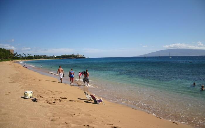 people enjoying at the gorgeous Kahekili beach