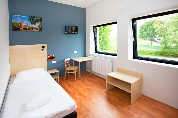 pretty and cozy rooms and also cheap rate of breakfast