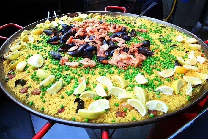 eat paella in market