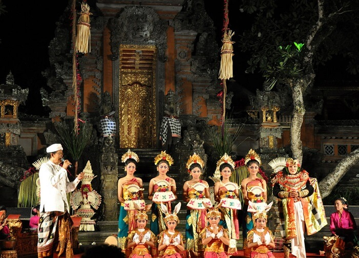 Dance show at ubud water palace