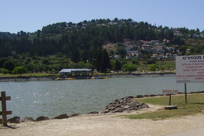 Agam-Montfort-Lake