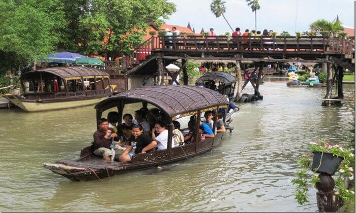 Floating Marke by boat