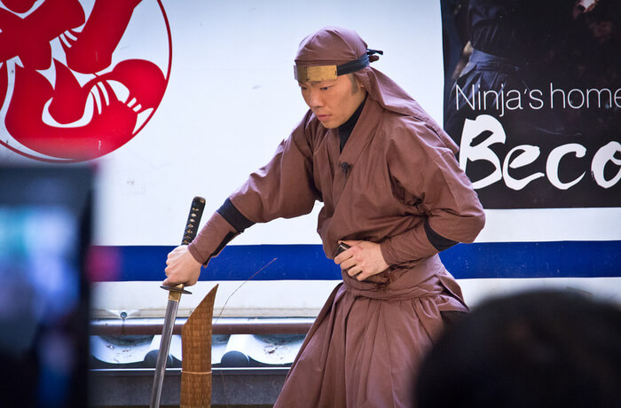 displays the costumes and weapons of ninjas